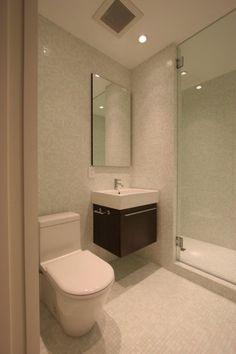 As casas de banho pequenas tornam-se num enorme desafio quando têm de ser decoradas. é preciso espaço para arrumar as toalhas e outros acessórios e, muitas vezes, é necessário ter imaginação para encontra-lo.