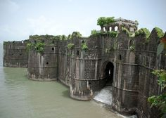 The abandoned sea fort of Murud-Janjira, built in the century off the coast of Maharashtra in India. Portsmouth, Places To Travel, Places To See, Rio Tamesis, India Architecture, Amazing Architecture, Gothic Architecture, Ancient Architecture, Architecture Design