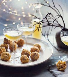 Mushroom and mozzarella arancini. You can prepare these rice balls ahead of your party, then all they need is frying when guests arrive. Curacao Azul, Ideas Para Canapés, Christmas Canapes, Christmas Drinks, Veggie Christmas, Christmas Ideas, Vegetarian Christmas Recipes, Xmas Recipes, Canapes Recipes