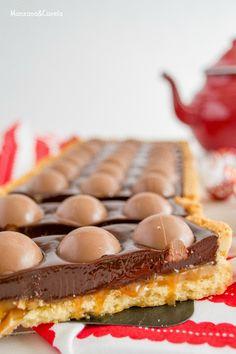 Tarta de chocolate, bombones y caramelo salado. Chocolate, truffles and salted caramel tart.
