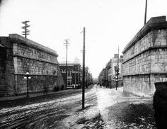 Rue Saint-Jean, des années après la destruction de la porte de 1867. On aperçoit les murs de soutènement des fortifications vers 1900. Fonds J. E. Livernois Ltée