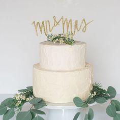 glitter mr & mrs cake topper http://weddingwonderland.it/2015/07/10-cake-topper-fatti-a-mano.html