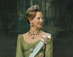 Rainha Margrethe II da Dinamarca, vestindo a tiara do dinamarquês Emerald Parure.  (X)