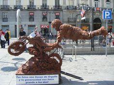 Estatua humana imaginativa y difícil de aguantar, en la Plaza del Sol, de Madrid.