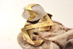 Large Double Point Raw Crystal Quartz and Brass Cuff Bracelet, Geometric Jewelry, Fashionable Cuff. de AshtartJewelry en Etsy