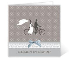 Moderne trouwkaart met kanten lint en bruidspaar op fiets