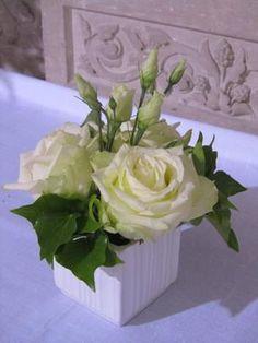 Compositions pour l'Autel Art Floral, Deco Floral, Flower Arrangements Simple, Simple Flowers, Small Centerpieces, Nylon Flowers, Ikebana, Wedding Decorations, Crafts