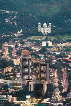 Hermosa foto de nuestra capital tomada desde el lado oeste de la ciudad, al fondo la basilica de Suyapa