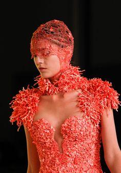 Alexander McQueen Spring 2012 Ready-to-Wear Fashion Show Image Fashion, Fashion Details, Fashion Show, Fashion Design, Net Fashion, Runway Fashion, Fashion Outfits, Alexander Mcqueen, Coral Pantone