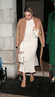 Margot Robbie Just Made This High-Street Coat Look So Expensive Source by fashion office Beige Trench Coat, Belted Coat, Look Casual, Casual Chic, White Vest Top, Margot Robbie Style, Mango Coats, Beige Blazer, Neutral Outfit