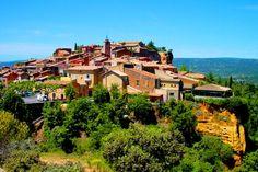 Roussillon est surtout connue pour sa terre ocre qui donne cette couleur si particulière au village. Certaines maisons datent du XVIIe et du XVIIIe siècle, et sont encore en très bon état. Léglise du village offre un beau panorama sur le Lubéron.