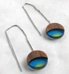 Geometric earrings. Wood and resin.