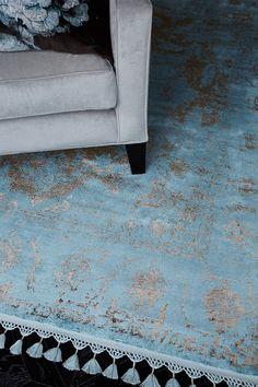 Katherine Carnaby Vintage Blue . . . De Katherine Carnaby Vintage kleden zijn beschikbaar in vijf verschillende heldere kleuren en drie maten. Dankzij de franjes en  subtiele vintage uitstaling heeft dit kleed een echte retro feel.  Het Vintage Blue vloerkleed bestaat voor 60% uit het materiaal Viscose en voor 40% uit Rayon. Daarnaast is het product gefabriceerd in Turkije.
