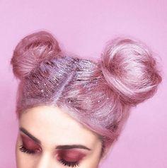Une chevelure flamboyante et des paillettes piquantes.