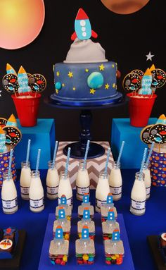 O Theo comemorou 3 anos nas galáxias! Foguetes, planetas e estrelas fizeram parte da decoração com tema astronauta, assinada pela Caraminholando.Embarque