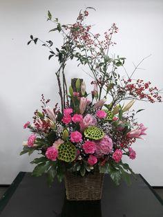 Church Flower Arrangements, Floral Arrangements, Cascade Bouquet, Arte Floral, Ikebana, Fresh Flowers, Floral Wreath, Tropical, Basket
