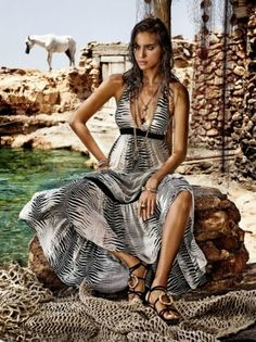 Italian designer Roberto Cavalli has teamed up with the brand C & A to create a capsule collection. Famous model Irina Shayk took part in advertising campaign for Roberto Cavalli & C&A . Irina Shayk, Roberto Cavalli, Cristiano Ronaldo Novia, Campaign Fashion, Vogue, Russian Models, Lookbook, Trends, High Fashion