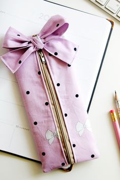 DIY pencil pouch with a bow! see kate sew DIY pencil pouch with a bow! see kate sew Fun for all ages this DIY pencil pouch is a great sewing project. Easy quick and a FREE TUTORIAL you can make one for the kids and one for you! Diy Pencil, Pencil Bags, Pencil Pouch, Sewing Patterns Free, Free Sewing, Sewing Hacks, Sewing Tutorials, Sewing Tips, Sewing Crafts