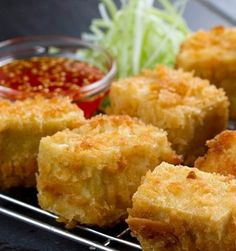 """Las 5 Recetas Vegetarianas de Indonesia  En Indonesia las recetas vegetarianas están """"a la orden del día"""". El país está comprendido por ¡Más de 17 mil islas! Y es de los más poblados del mundo (en su mayoría musulmanes). Su capital, Yakarta, es la ciudad mas importante y la más visitada. ¿Preparada para conocer las más ricas recetas indonesias sin carne como Tofu frito (foto) y arroz con coco? ¡Lee nuestro artículo aqui ! ➡ Link en la BIO!!  #SiendoSaludable #vegetarianlove #vegetarianfood"""