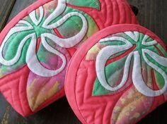 ALOHA ハワイアンキルトキットポーチ、ティアレ&ラウアエ新色ピンクバージョン完成致しました去年のハワイアンソックスの配色が好評だったので、同じ配色で制作し…