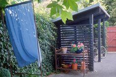 Fahrradunterstand selber bauen: So geht's!   selbermachen.de Exterior, Outdoor Structures, Gardening, Gardens, Veils, Shed Houses, Patio, Firewood Shed, Grill Gazebo