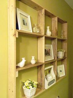 Sobra de tábuas de madeira dão uma boa #estante.