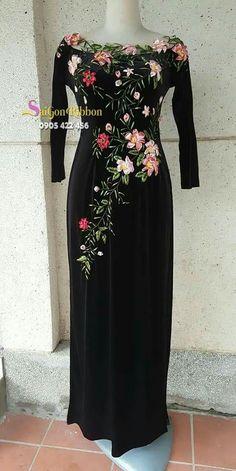 Embroidery On Kurtis, Hand Embroidery Dress, Kurti Embroidery Design, Embroidery On Clothes, Couture Embroidery, Silk Ribbon Embroidery, Nice Dresses, Casual Dresses, Fashion Dresses
