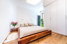 Ložnice je vybavená dřevěným lůžkem, které už majitelé měli a přáli si ho ponechat. Vestavné skříně jsou zhotovené na míru