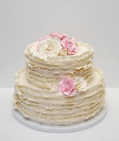 White rustic wedding cake with ruffles and light pink flowers by Gateaux Quebec