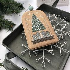 White Christmas Ornaments, Cross Stitch Christmas Ornaments, Christmas Cross, Crochet Ornaments, Diy Ornaments, Christmas Time, Cross Stitch Designs, Cross Stitch Patterns, Cross Stitch Finishing
