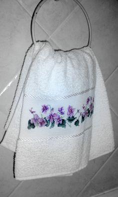 Asciugamano ricamata a punto croce. www.samplerdisabrina.wordpress.com
