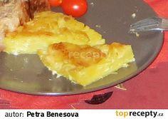 Syrové brambory nastrouháme na slabé plátky. Ve velké míse smícháme smetanu se solí a pepřem (případně další surovinou), nasypeme nastrouhané...