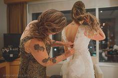 Cumplicidade e carinho... Momento especial! Wedding Dress Atelier Carla Gaspar. Foto Simone Lobo