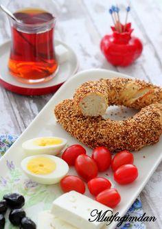 Simit Recipe- How to Make Turkish Sesame Bagel Turkish Sweets, Turkish Tea, Simit Recipe, Sesame Bagel, Viking Food, Middle East Food, Turkish Breakfast, Turkish Kitchen, Spaghetti