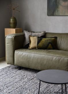This green leather sofa. Living Room Interior, Home Living Room, Green Leather Sofa, Home Furniture, Furniture Design, Take A Seat, Living Room Inspiration, House Styles, Home Decor
