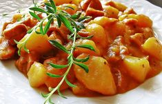 Zemiakový guláš Czech Recipes, Russian Recipes, Ethnic Recipes, Thai Red Curry, Potato Salad, Catering, Food And Drink, Cooking Recipes, Potatoes