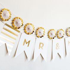 ガーランドは結婚式や前撮りなどに欠かせないアイテム!ゴールドの箔押しが華やかなmr&mrsのガーランドは海外風ウェディング小物通販サイトEYMで販売中です!