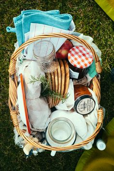 An Apple Picking Picnic Party (My Name is Yeh) Fall Picnic, Picnic Date, Summer Picnic, Beach Picnic Foods, Picnic Box, Summer Jam, Comida Picnic, Romantic Picnics, Romantic Ideas