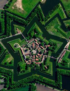 Fort Bourtange was planned and construction begun by Wiliam of Orange aka The Silent to control the road between the spanish occupied city of Groningen and Germany.The castle was copleted in 1593. Astrogeo pos.: located in 2 Venus signs:profitable earth sign Taurus sign of grounding, agriculture, wealth, possession of land + aristocratic air sign Libra sign of beauty, decoration, harmony, balance, symmetry. Field level 3.