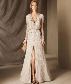 Bahamas— приталенное вечернее платье из тюля, с рукавами и V-образным вырезом.