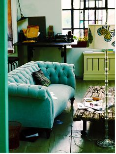 LUV DECOR: Sofá Chesterfield - not my color but I like this sofa My Living Room, Home And Living, Living Spaces, Style At Home, Turquoise Couch, Teal Couch, Tufted Couch, Velvet Couch, Chesterfield Couch