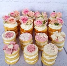 Mini cakes and stacked cookies Different Wedding Cakes, Mini Wedding Cakes, Wedding Desserts, Wedding Cookies, Mini Tortillas, Mini Cupcakes, Cupcake Cakes, Baby Cakes, Nake Cake