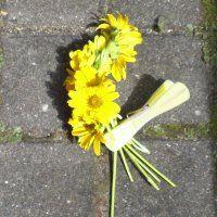 Blumenkranz mit Klammer sichern