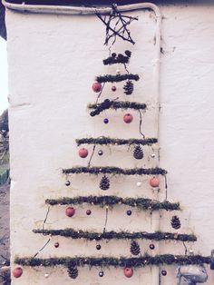 Juletræ af grene med mos på.