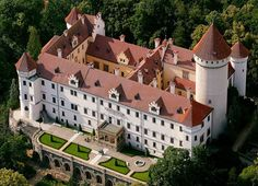 15 Places to See in Czech Republic - Travel Guide of Things to Do Wonderful Places, Beautiful Places, French Castles, Fantasy Castle, Europe Photos, The Beautiful Country, Beautiful Buildings, Kirchen, Czech Republic