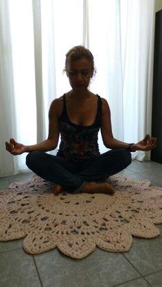 Hola a todos! Os presento a mi amiga Ana, meditando en nuestra alfombra de trapillo rosa. Namaste!