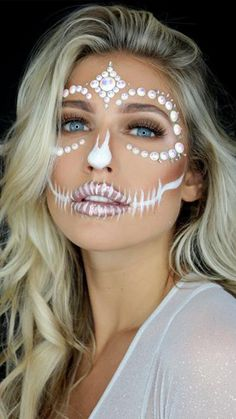Day of the Dead face paint is inspired in La Catrina, a character created by Mexican artist José Guadalupe Posada. Scar Makeup, Face Paint Makeup, Skull Makeup, Cute Halloween Makeup, Halloween Zombie, Halloween Party, Halloween Face, Halloween Costumes, Black Face Paint