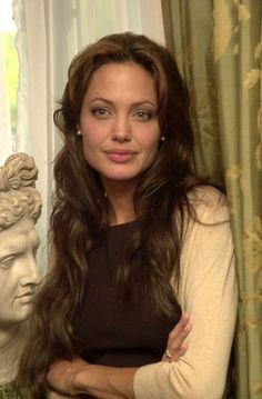 Angelina Jolie ~~ Love her hair like this ✯ Angelina Jolie Pictures, Brad And Angelina, Angelina Jolie Photos, Most Beautiful Women, Beautiful People, Beautiful Pictures, Glamour, Woman Crush, Pretty People