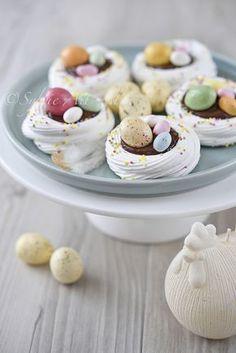 Mini pavlova de Pâques - Pinsandpins Tutorial and Ideas Easter Cookie Recipes, Easter Cookies, Easter Treats, Dessert Recipes, Easter Desserts, Mini Pavlova, Pavlova Meringue, Chocolate Pavlova, Chocolate Chocolate