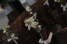 Dekoracja ławek w kościele białą eustomą